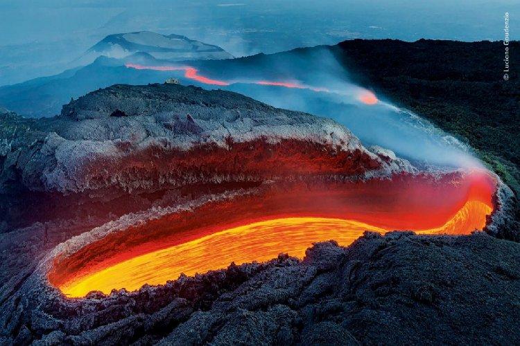 Etna, continua a dare spettacolo: fontana di lava, cenere, colata e violenti boati