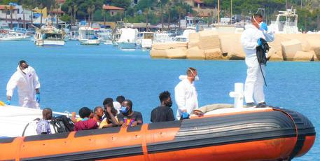 Lampedusa, due sbarchi e un'evacuazione medica