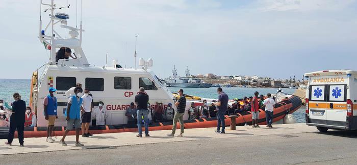 Lampedusa, sbarcate 250 persone nella notte.Tra loro neonato di 5 mesi