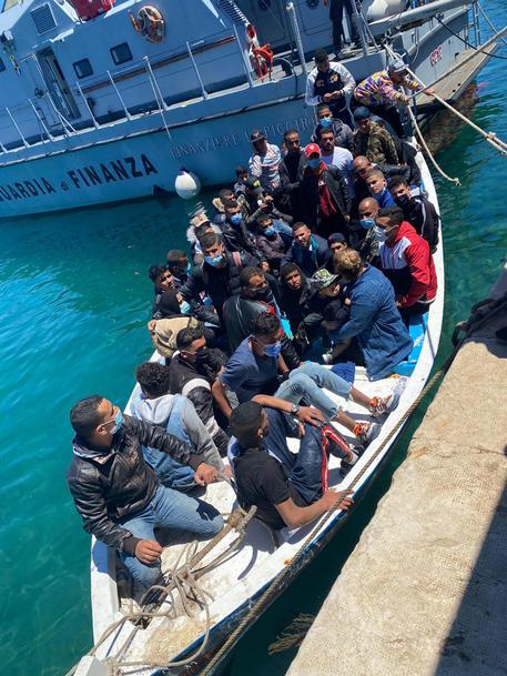Lampedusa: arrivati due barconi con 251 persone a bordo