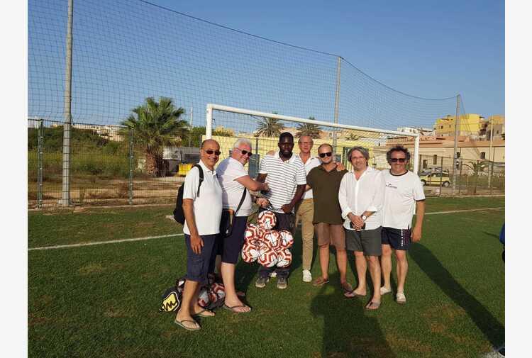 Lega Calcio Sicilia-Ussi donano palloni a hotspot Lampedusa