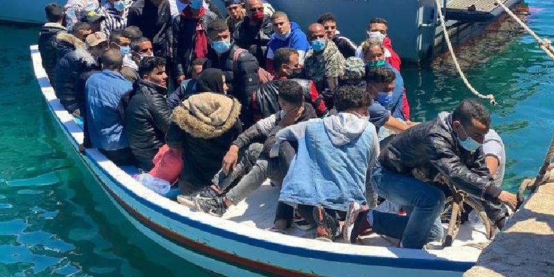 Migranti: peschereccio con 400 persone al largo di Lampedusa