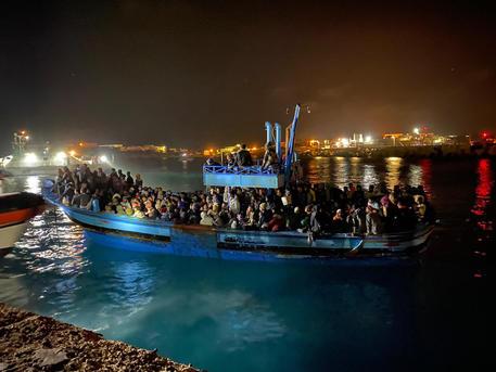 Migranti: sbarco di 63 a Lampedusa e ricerche dei dispersi