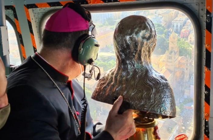 Mons. Lorefice benedice Palermo dall'alto con la reliquia di Santa Rosalia