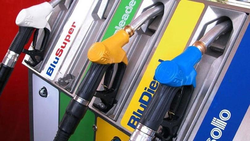 Benzina, superati i 2 euro al litro