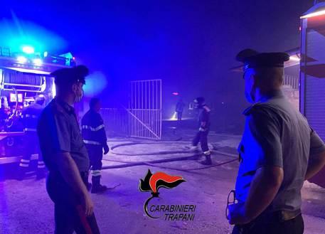 Castelvetrano, incendio in un campo di migranti, un morto