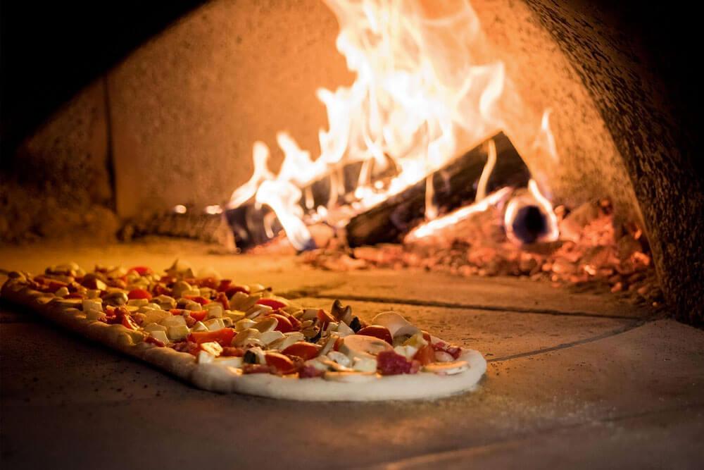 Rifiuti speciali bruciati nel forno della pizzeria, denunciato titolare