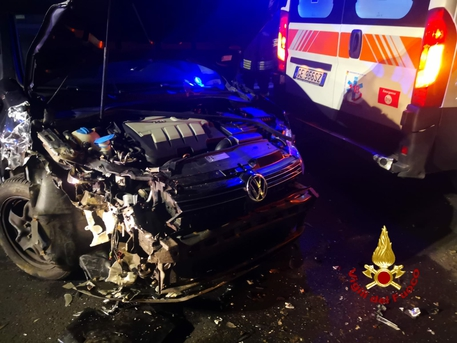 Auto su ambulanza, feriti medico e infermiera del 118