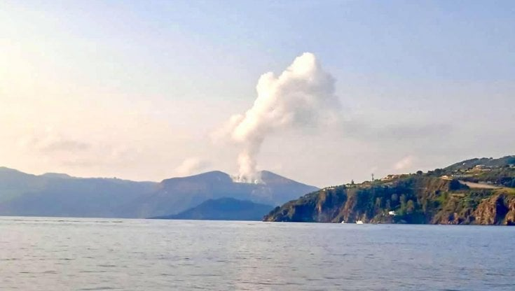Vulcano: continua attività fumarole su isola delle Eolie